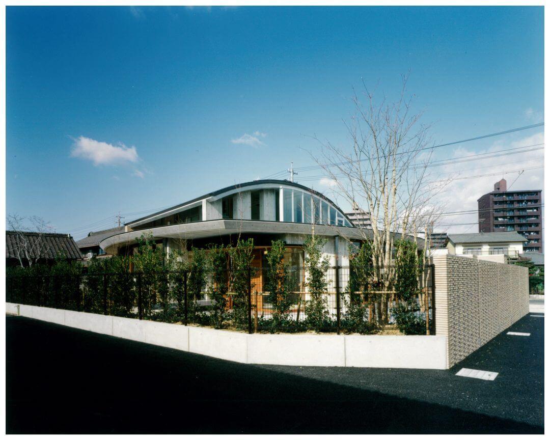 曲線と直線が映える外観の家