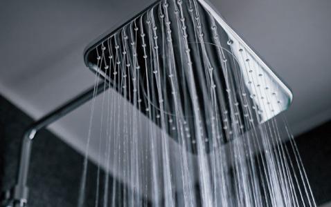 たっぷりのお湯で贅沢な浴び心地 オーバーヘッドシャワー